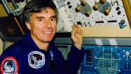 Der ESA-Astronaut  Ulf Merbold beim Training für die IML-1 Mission (1992). Im Hintergrund der Kryostat, eine DLR-Entwicklung, in dem Eiweiß-Kristalle gezogen werden