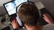 Junger Mann vor dem Rechner.