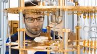 """Der europäische Quantencomputer """"OpenSuperQ"""" nimmt am Forschungszentrum Jülich Gestalt an. Detailaufnahme des Kryostaten. Der Rechner, der wie die Systeme von Google und IBM auf supraleitende Qubits basiert, soll vor allem der Simulation chemischer Reaktionen und von Materialeigenschaften dienen und das Maschinelle Lernen, ein Teilgebiet der Künstlichen Intelligenz, beschleunigen."""