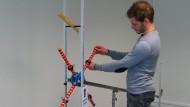 Keine leichte Aufgabe: Wo müssen die Gewichte an den Speichen sitzen, damit das Rad möglichst schnell die schiefe Ebene hinunter rollt?