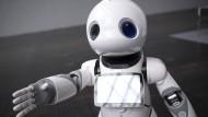 Reich mir dir Hand! Hilfsroboter Pepper tourt seit Monaten als kommunikatives Aushängeschild der KI-Zukunft durch die Republik.