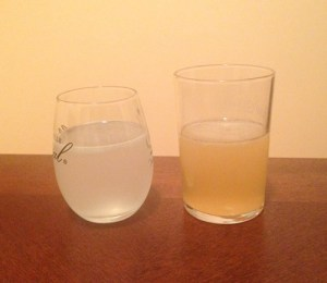 Classic pisco sour (left) and pisco sour with merquen syrup (right)