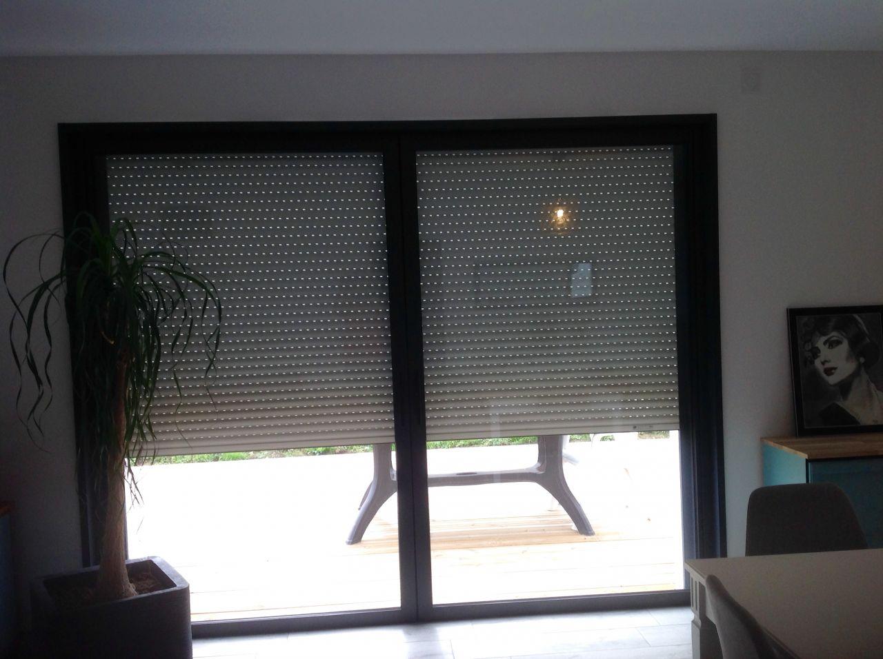 pose barre de rideau devant baie vitree