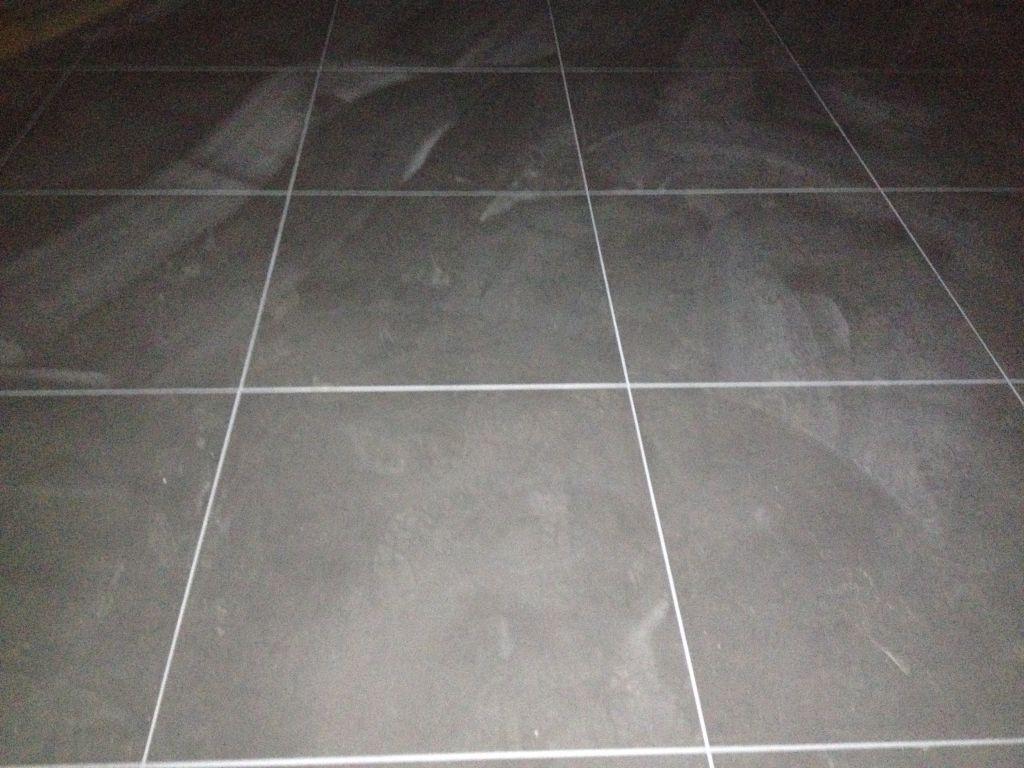 joint blanc carrelage au sol gris
