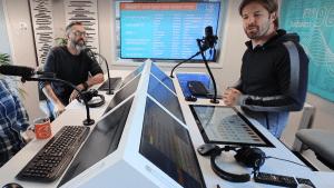 A Rádió 1 reggeli műsorában Sebestyén Balázs és Rákóczi Feri műsorvezetők. Forrás: Facebook Live