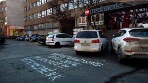 A Népszabadságot bezáró Mediaworks budapesti székháza előtti parkoló