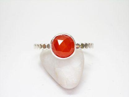 Handgjord silverring med röd karneol