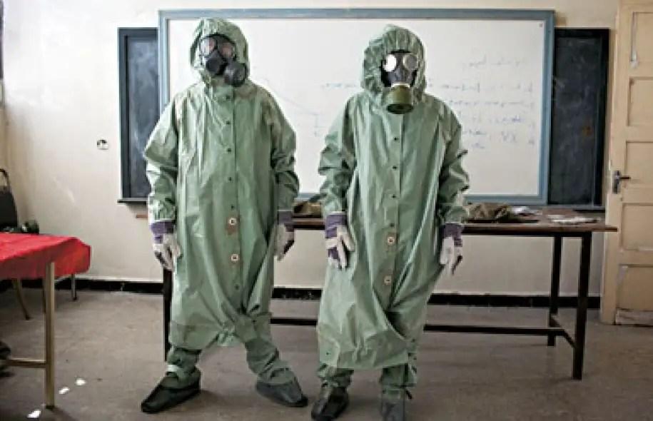 Des volontaires expliquent à des étudiants de Damas comment réagir à une attaque à l'arme chimique.