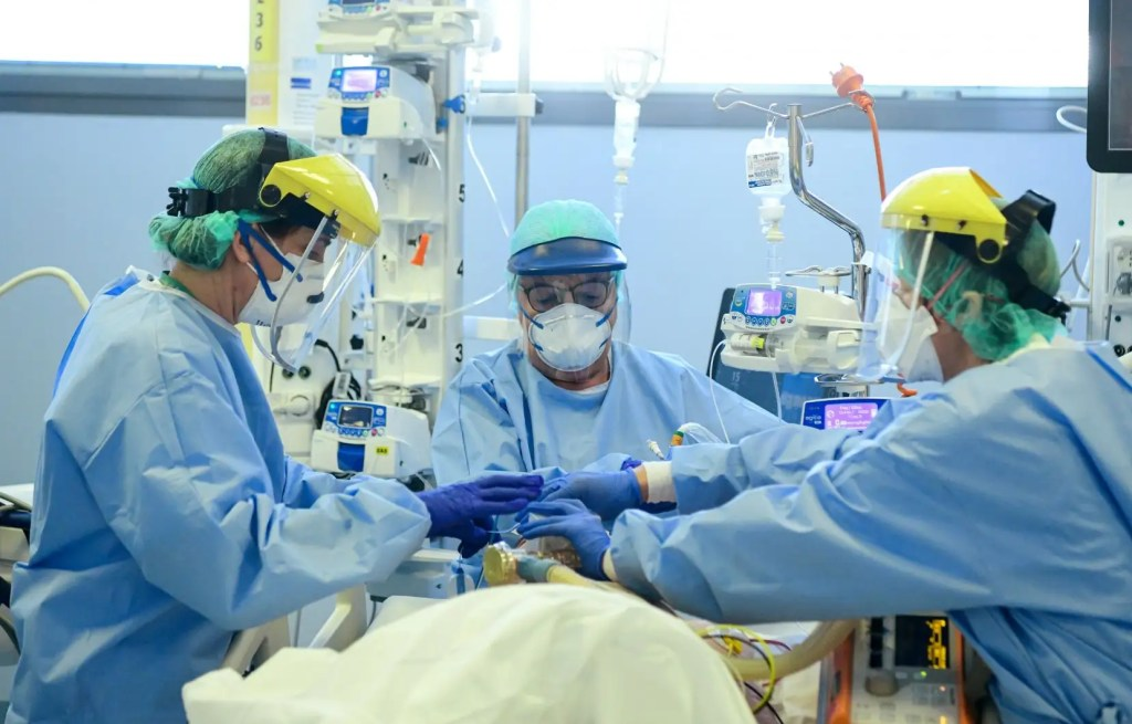 La pression baisse sur les hôpitaux, l'espoir renaît en Italie