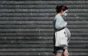 Les femmes enceintes devraient avoir accès au vaccin contre la COVID-19, estime la Dre Isabelle Boucoiran, gynécologue-obstétricienne au CHU Sainte-Justine.