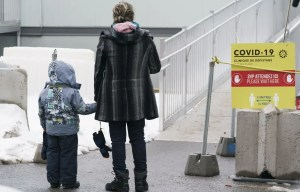 Québec signale 2225 nouveaux cas de COVID-19, et le bilan des victimes de la maladie s'alourdit de 67 décès. Les hospitalisations continuent à baisser.