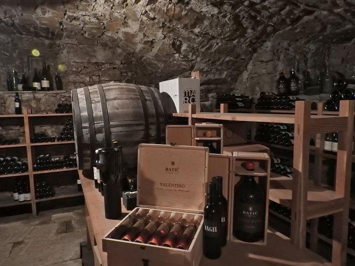Podrum sa raznim vinima