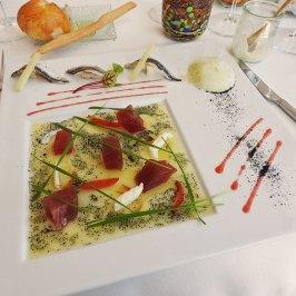 sirova tuna u sosu od pomoradže i još nečega, sa paradajzom, i inćuni sa sirom
