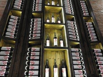 vitrine u vinariji -dobro osveteljene za fotkanje:-)