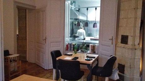sto sa pogledom na kuhinju uživo