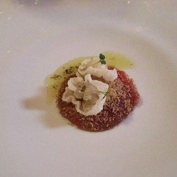 listići sirovog bifteka, sa kremom od karfiola, i čipsom od tetiva