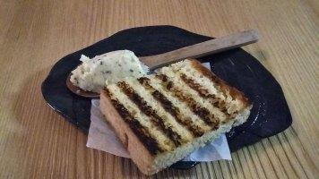 tostiran hleb sa puterom sa travkama