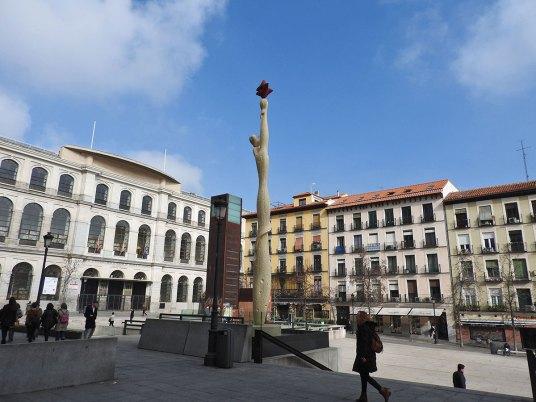 reina-sofia-statua ispred muzeja