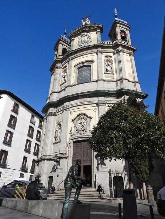 Basilica de San Miguel sa simpatičnom statuom ispred