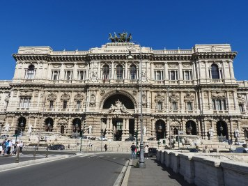 Palazzo di Giustizia sa druge strane od reke