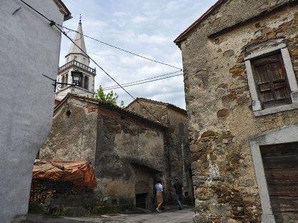 razgledanje starih kamenih kuća