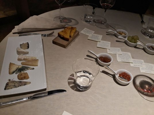 9-sirevi-na-stolu