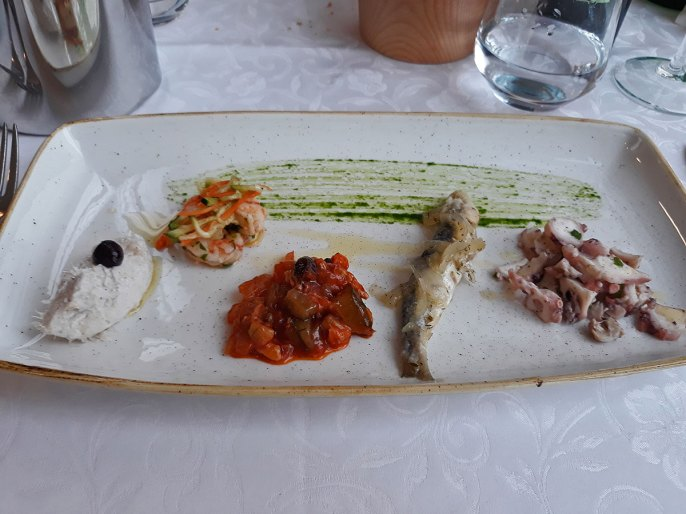 od leva na desno -bakalar, škamp, riblja salat, sardela, hobotnica -sve odlično