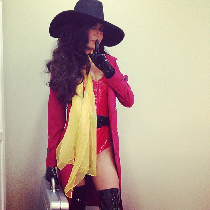 Glee star Naya Rivera gave a '90s blast from the past with her Carmen Sandiego costume.<br /><br /> Source: Instagram user nayarivera<br /><br />