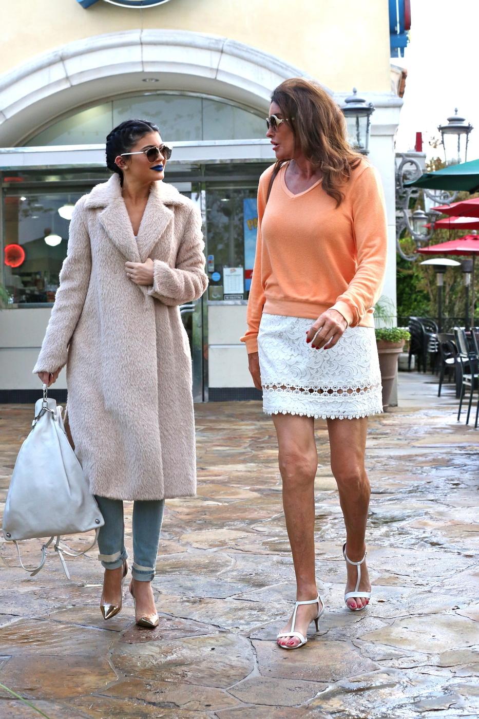 Caitlyn e Kylie Jenner fanno un passo fuori per una data dolce del pranzo