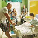 Ospedale pediatrico di visite di Dwayne Johnson, bambini delle docce negli abbracci di orso