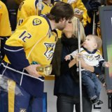 Carrie Underwood fonde la pista di pattinaggio sul ghiaccio con questo momento toccante della famiglia