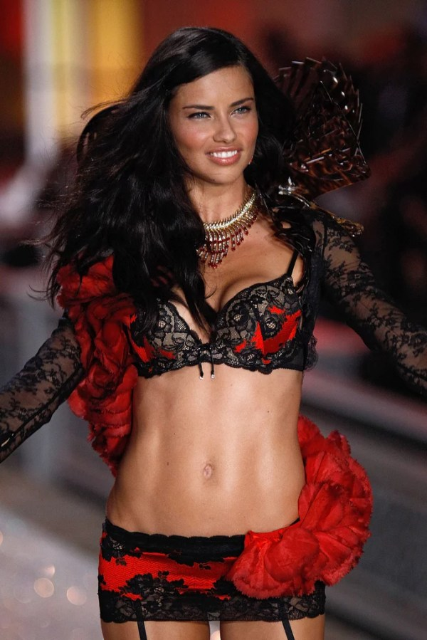 Adriana Lima's Abs Pictures | POPSUGAR Latina Photo 22