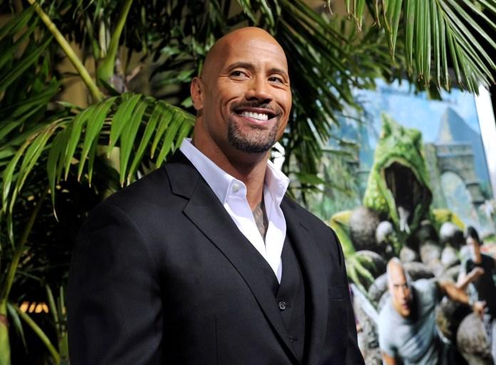 LOS ÁNGELES, CA - 2 DE FEBRERO: El actor Dwayne Johnson llega al estreno de Warner Bros. Pictures