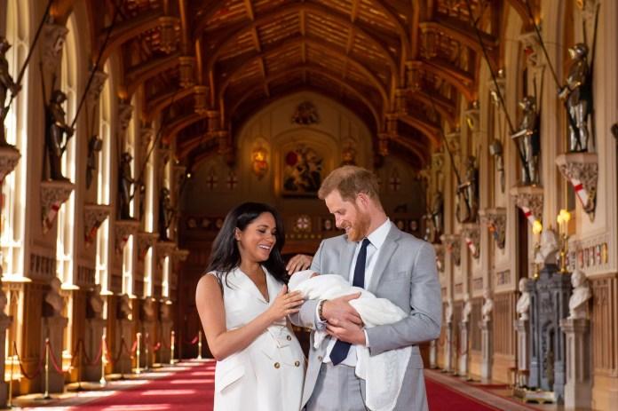 TOPSHOT: el príncipe británico Harry, duque de Sussex (R), y su esposa Meghan, duquesa de Sussex, posan para una foto con su hijo recién nacido en St George's Hall en Windsor Castle en Windsor, al oeste de Londres, el 8 de mayo de 2019. (Foto de Dominic Lipinski / POOL / AFP) (Crédito de la foto debe leer DOMINIC LIPINSKI / AFP / Getty Images)