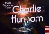 Charlie Hunnam appare bello abbastanza per mangiare durante luscita a Las Vegas
