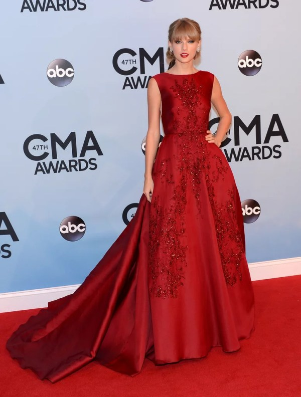 Taylor Swift hit the red carpet in a red gown at the CMAs ...