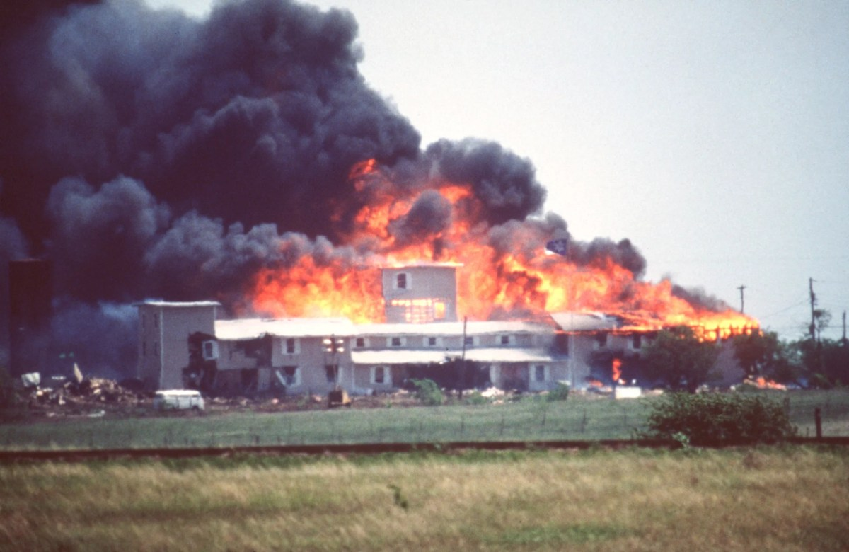 Smoking fire consumes the Branch Davidian Compound during the FBI assault to end the 51-day standoff with cult leader David Koresh and his followers. --- Photo by Greg Smith/Corbis SABA (Photo by Greg Smith/Corbis via Getty Images)
