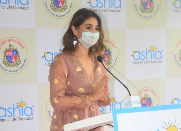 अन्य गणमान्य व्यक्तियों के साथ ध्वनि भानुशाली ने मुंबई में एक फ्री-ऑफ-कास्ट 140-बेड कोविड देखभाल अलगाव केंद्र का उद्घाटन किया