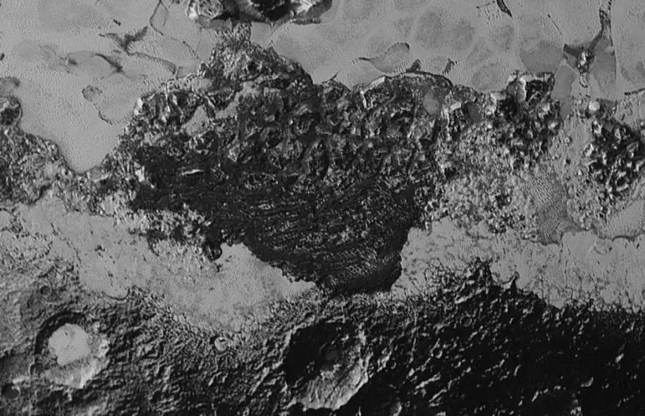 Sur cette image prise en juillet dernier alors que la sonde était à son plus proche, on voit une diversité de reliefs qui aujourd'huiétonne les scientifiques.