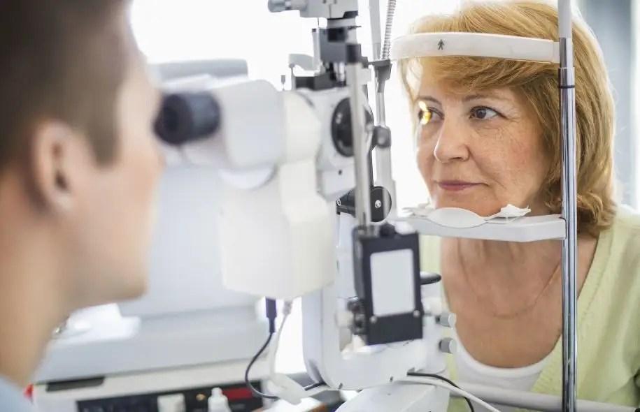 Aux premiers stades de la rétinopathie diabétique, les patients ont une vision un peu embrouillée.