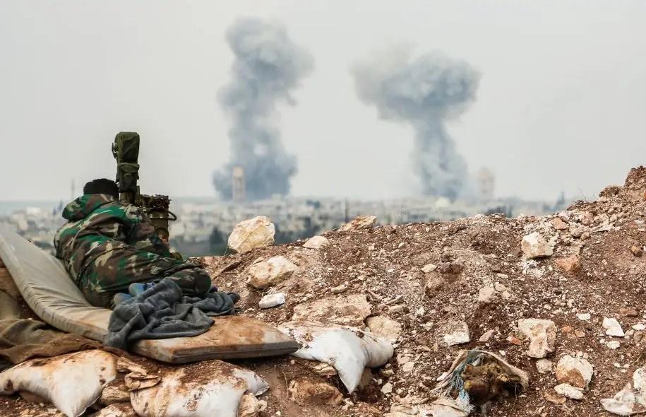 Un soldat des forces armées syriennes observent l'horizon, le 1 avril.