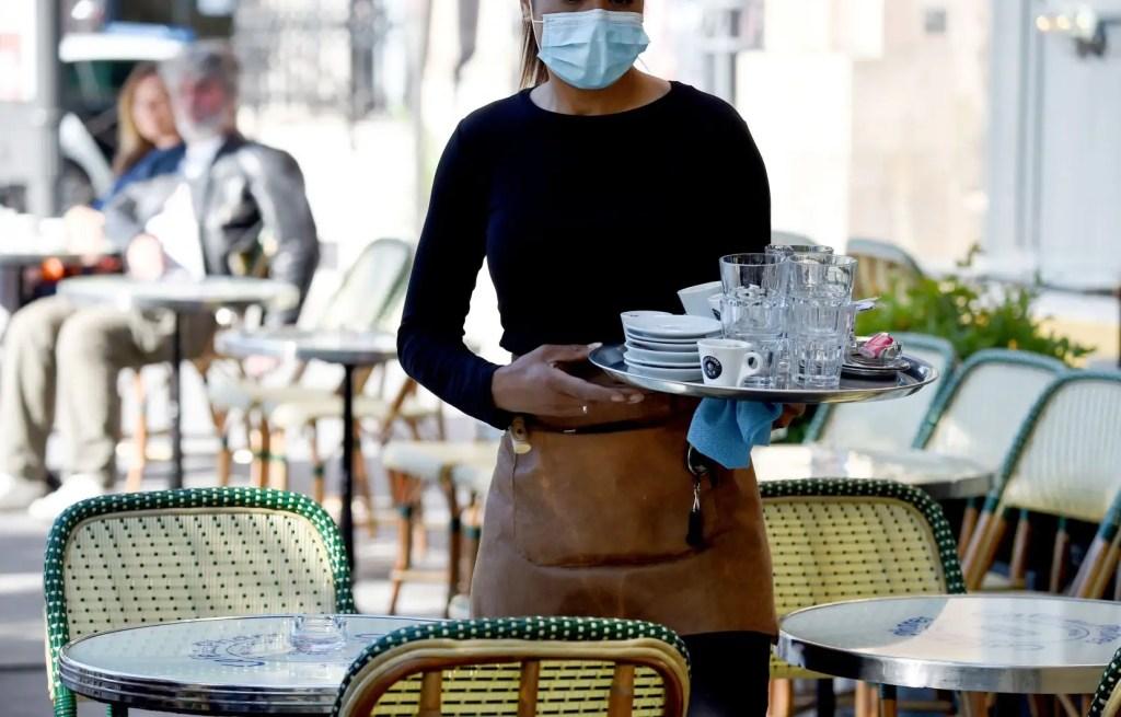 Les terrasses des cafés rouvrent en France