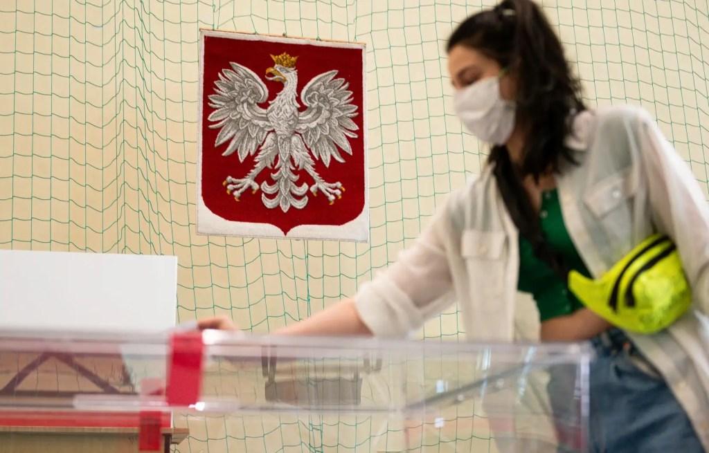 Pologne: les deux candidats à la présidentielle au coude à coude