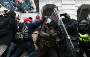 Deux policiers du Capitole poursuivent Trump