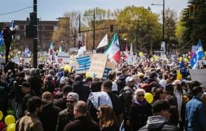 Des milliers de manifestants contre les mesures sanitaires près du Stade olympique