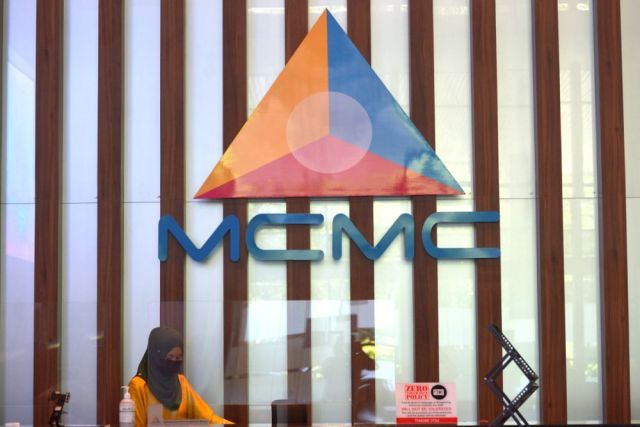 MCMC said in a tweet today that the programme enabled B40 individuals to receive a financial aid of RM180 or RM300 for the purchase of a smartphone or broadband internet plan. — Picture by Miera Zulyana