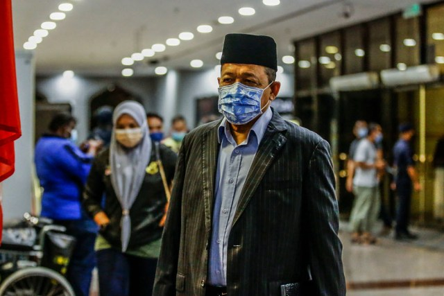 Datuk Seri Shahidan Kassim was satisfied with the quick response of the PCC staff, who took only five seconds to answer the call after the siren sounded, and took off his face mask to allow the staff to recognise him. — Picture by Hari Anggara