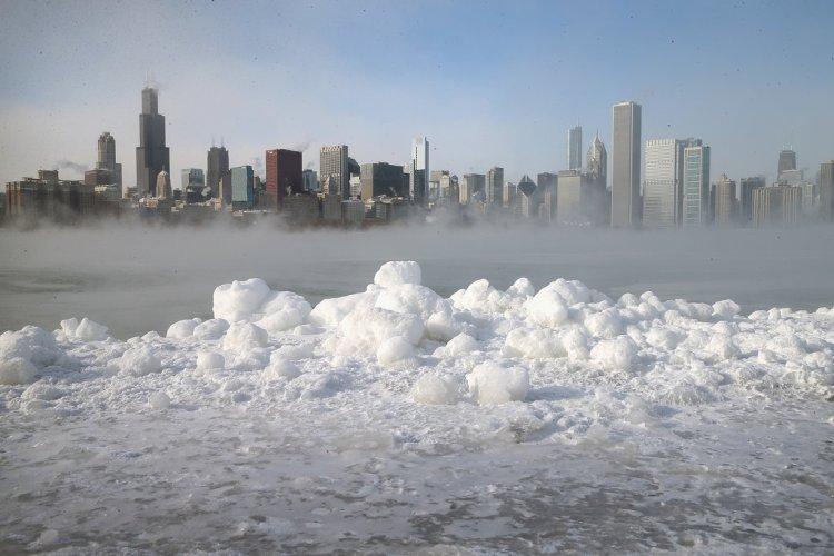https://i1.wp.com/media2.onsugar.com/files/2014/01/06/026/n/1922398/20eb2e118919f74b_461021093.jpg.xxxlarge/i/Snow-covered-shores-Lake-Michigan.jpg?resize=750%2C500