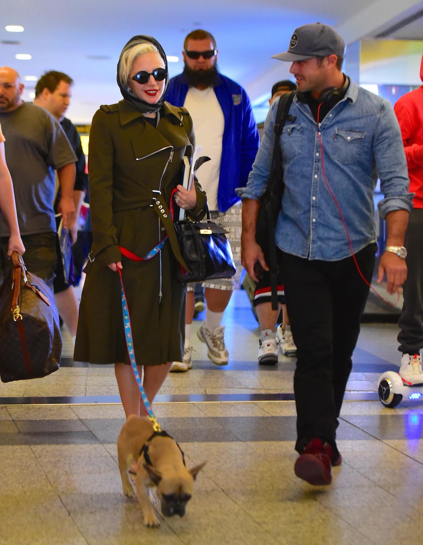 Signora Gaga e Taylor Kinney atterra in NYC con il loro cucciolo adorabile