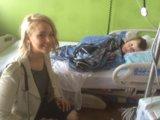 Jennifer Lawrence sparge lacclamazione di Natale durante la sua visita annuale dellospedale pediatrico